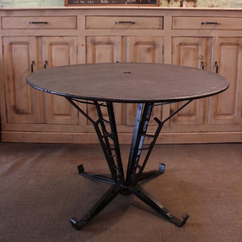 mobilier industriel table ronde en m tal pied eiffel. Black Bedroom Furniture Sets. Home Design Ideas