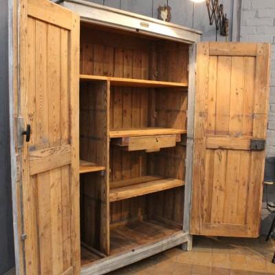 mobilier industriel ancienne armoire d 39 atelier en bois. Black Bedroom Furniture Sets. Home Design Ideas
