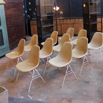 11 Chaises en fibre de verre Charles et Ray Eames
