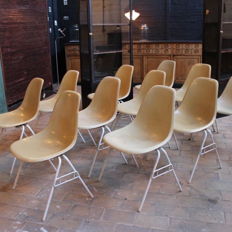 mobilier industriel 11 chaises en fibre de verre charles et ray eames. Black Bedroom Furniture Sets. Home Design Ideas