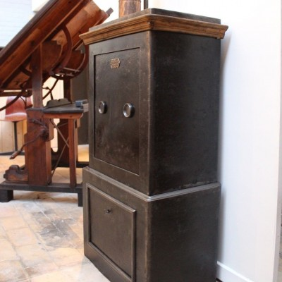 mobilier industriel ancien coffre fort 1930. Black Bedroom Furniture Sets. Home Design Ideas