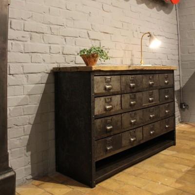 Ancien meuble industriel à tiroirs