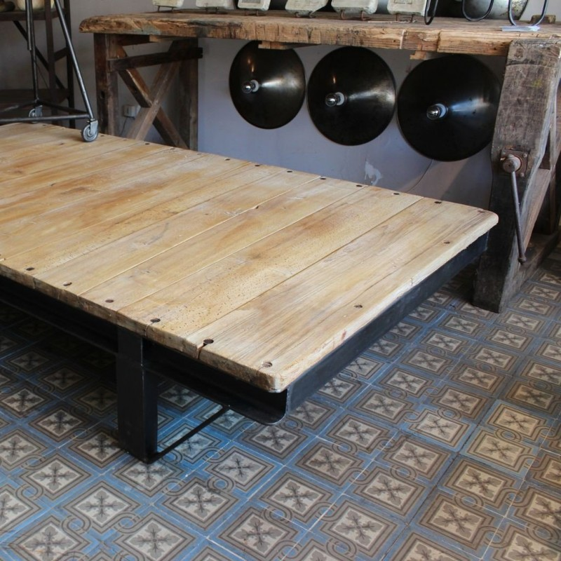 Mobilier industriel grande table basse industrielle for Grande table basse industrielle