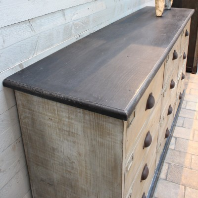 Ancien meuble en bois à tiroirs