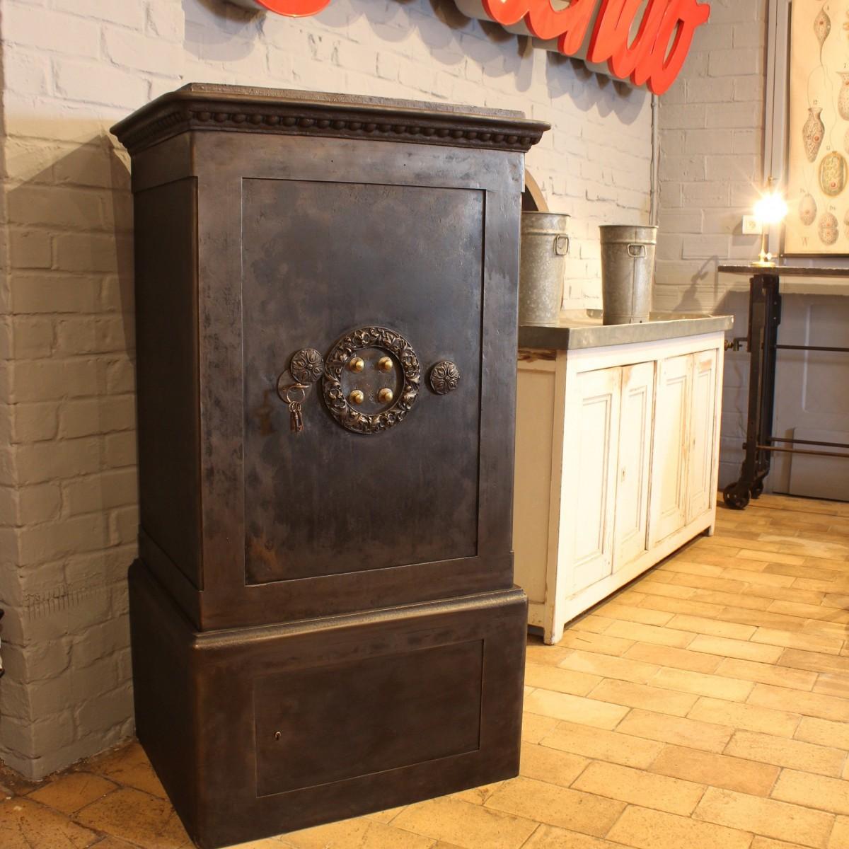 mobilier industriel ancien coffre fort industriel 1900. Black Bedroom Furniture Sets. Home Design Ideas
