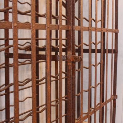 Ancienne cave à vin en métal