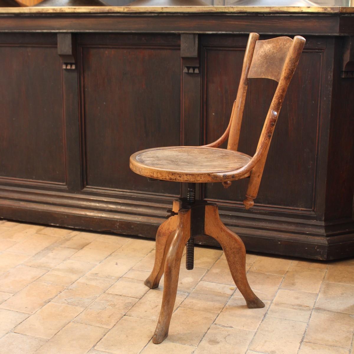 ancienne chaise d 39 atelier en bois. Black Bedroom Furniture Sets. Home Design Ideas