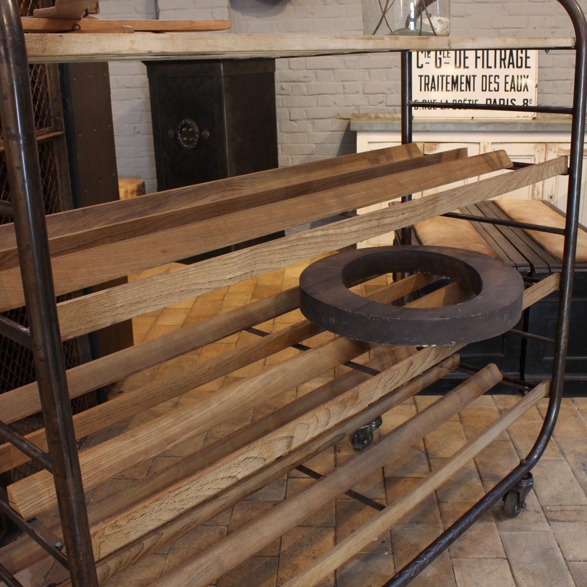 ancien chariot de boulangerie. Black Bedroom Furniture Sets. Home Design Ideas
