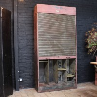 Ancien meuble industriel à rideau