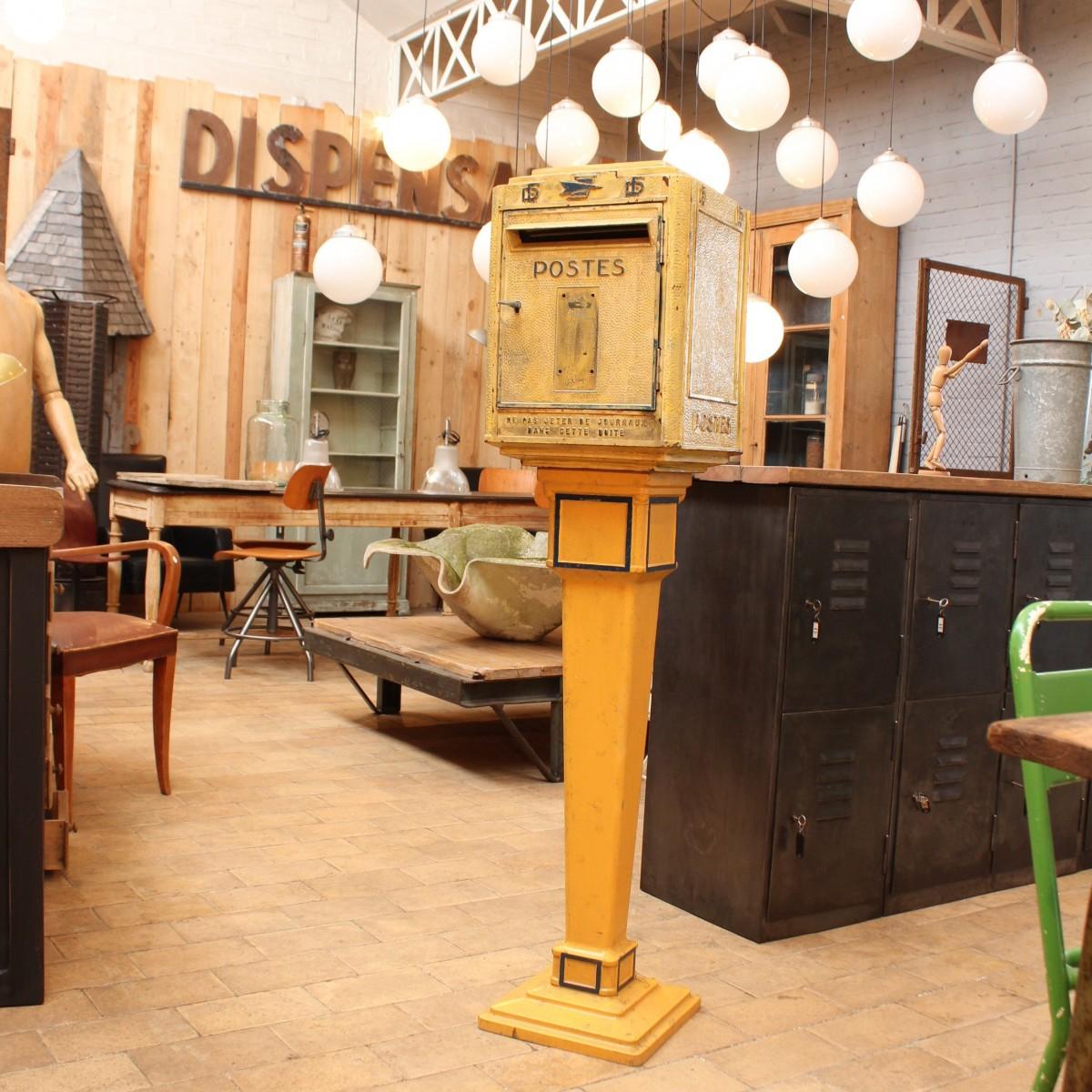 ancienne boite aux lettres sur pied. Black Bedroom Furniture Sets. Home Design Ideas