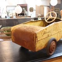 Ancienne voiture à pédales des années 50