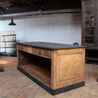 Ancien comptoir de commerce en chêne