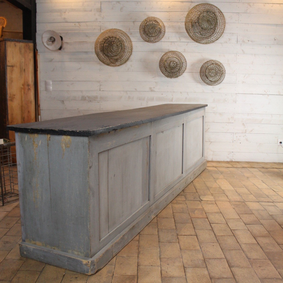 Ancien comptoir de commerce en bois
