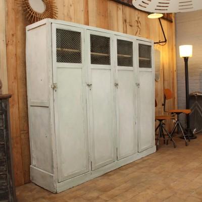 Ancienne armoire d'usine en bois