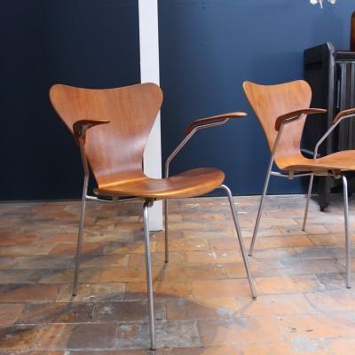 Paire de fauteuils Arne Jacobsen modèle 3207