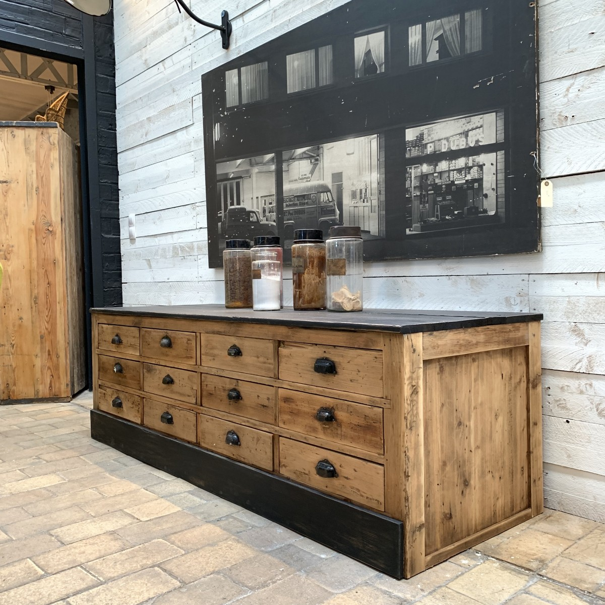 ancien meuble bas tiroirs. Black Bedroom Furniture Sets. Home Design Ideas