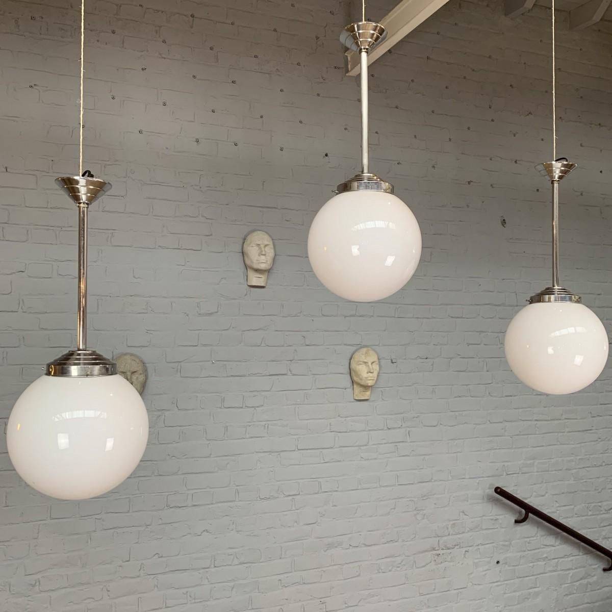 Série de 3 suspensions vintage en opaline