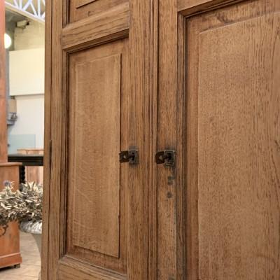 Oak cabinet with 2 doors