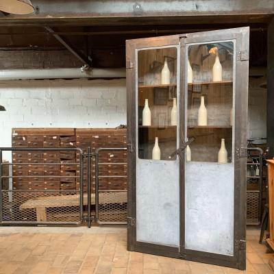 Ancienne vitrine industrielle