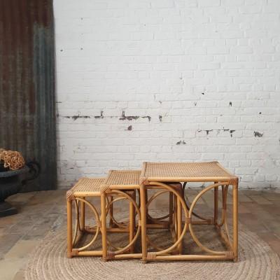 Tables gigognes en rotin plateau en cannage
