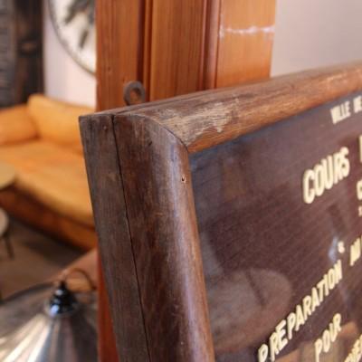 Ancien panneau d'affichage en bois