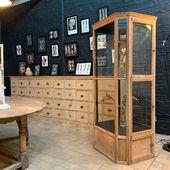 Ancienne vitrine de magasin en chêne - 3 portes . Plus d'infos sur notre site .